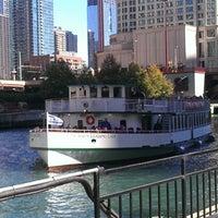 Foto tomada en Chicago Architecture Foundation River Cruise por Lauren el 10/8/2012
