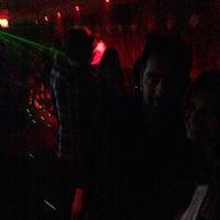 11/3/2013 tarihinde DJ Scoopziyaretçi tarafından UROPA Nightclub & Lounge'de çekilen fotoğraf