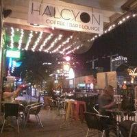 รูปภาพถ่ายที่ Halcyon Coffee, Bar & Lounge โดย Christina T. เมื่อ 2/9/2013