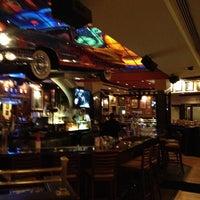 Снимок сделан в Hard Rock Cafe Houston пользователем Alper O. 2/19/2013