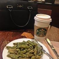 Das Foto wurde bei Starbucks Coffee von Karen Ramos am 8/9/2018 aufgenommen