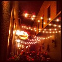 Foto tomada en Muddy Waters Bar & Eatery por Aaron N. el 9/21/2012