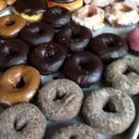 Das Foto wurde bei Top Pot Doughnuts von Chris M. am 6/8/2013 aufgenommen