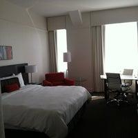 2/25/2013 tarihinde Lauren S.ziyaretçi tarafından Loews Philadelphia Hotel'de çekilen fotoğraf