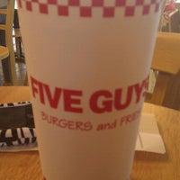 Das Foto wurde bei Five Guys von Cynthia.(Cyndi) B. am 9/5/2011 aufgenommen