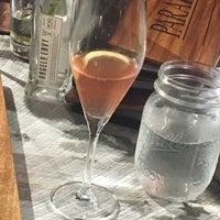 Foto tirada no(a) Parallel Wine Bistro por Phyllicia O. em 5/13/2018