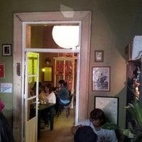 Foto tomada en Cafe King por Yuuichi K. el 5/15/2013