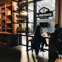 Foto scattata a La Marzocco Cafe da Lauren C. il 11/6/2016