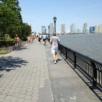Photo prise au Battery Park City Esplanade par Vivi H. le6/15/2013