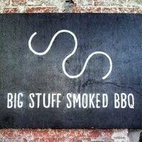 Das Foto wurde bei Big Stuff Smoked BBQ von Tobias L. am 7/4/2013 aufgenommen