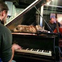 Das Foto wurde bei Smalls Jazz Club von Fernando am 2/26/2013 aufgenommen