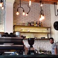 Foto tomada en Dosis Cafe por Rick R. el 4/19/2015