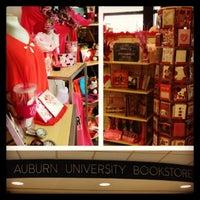 Foto tomada en Auburn University Bookstore por Jennifer E. el 2/14/2013