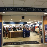 Foto tomada en Auburn University Bookstore por Jennifer E. el 2/6/2013