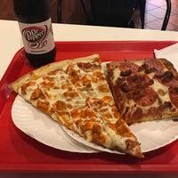 รูปภาพถ่ายที่ Famous Amadeus Pizza - Madison Square Garden โดย Elias T. เมื่อ 6/23/2017