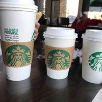 Foto tirada no(a) Starbucks por Olga S. em 3/11/2017