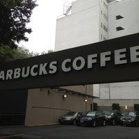 Снимок сделан в Starbucks пользователем Orlando 3/15/2013