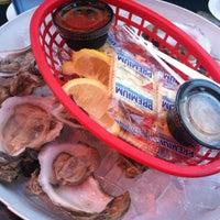 Foto tomada en Siesta Key Oyster Bar por Sharon M. el 1/6/2013