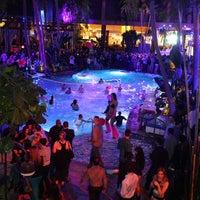 Das Foto wurde bei The Pool After Dark von Harrahs Resort Atlantic City am 10/13/2014 aufgenommen