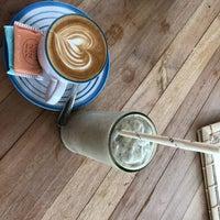 Foto scattata a Coffee & Thyme Gili da Tobias W. il 3/4/2019