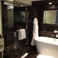 Foto diambil di Rosewood Hotel Georgia oleh Richard S. pada 2/11/2012
