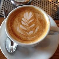 Foto tomada en Corvus Coffee Roasters por Brett D. el 5/17/2014