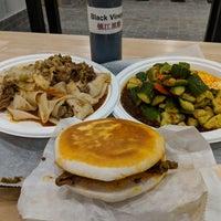 Foto scattata a Xi'an Famous Foods da Ron P. il 7/4/2018
