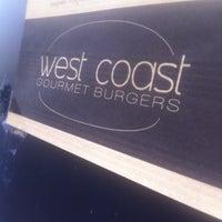 รูปภาพถ่ายที่ West Coast Burgers โดย julien e. เมื่อ 4/17/2013