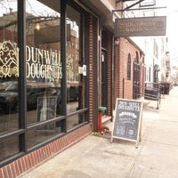 Das Foto wurde bei Dun-Well Doughnuts von Hiromi F. am 3/2/2013 aufgenommen