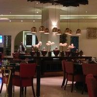 Foto diambil di Shababik Restaurant oleh Ruwaida A. pada 11/19/2014