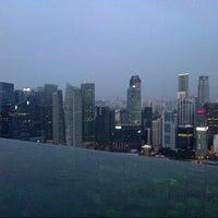 6/15/2013 tarihinde Adam-Lee R.ziyaretçi tarafından Rooftop Infinity Pool'de çekilen fotoğraf