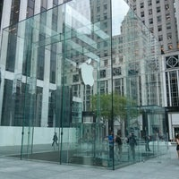 Foto scattata a Apple Fifth Avenue da Ricardo M. il 5/17/2013