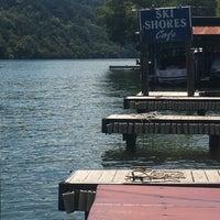 Das Foto wurde bei Ski Shores Waterfront Cafe von Michelle P. am 9/18/2018 aufgenommen