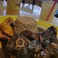 Снимок сделан в Island Breeze Jamaican Cuisine пользователем Darrell S. 6/17/2017