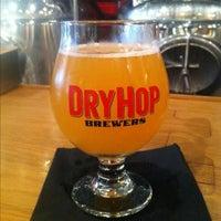 6/29/2013 tarihinde Xaarlinziyaretçi tarafından DryHop Brewers'de çekilen fotoğraf