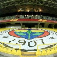 Das Foto wurde bei Ülker Stadyumu Fenerbahçe Şükrü Saracoğlu Spor Kompleksi von Julie am 11/10/2013 aufgenommen