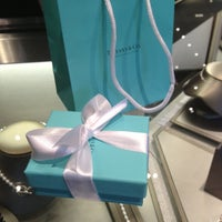 Foto tomada en Tiffany & Co. por Lisa Yvette L. el 6/19/2013