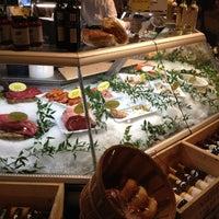 Das Foto wurde bei eatZi's Market & Bakery von Bill C. am 10/26/2012 aufgenommen