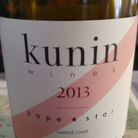 Das Foto wurde bei Kunin Wines Tasting Room von Jenny L. am 7/6/2015 aufgenommen