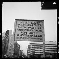 Das Foto wurde bei Checkpoint Charlie von Caro S. am 12/2/2012 aufgenommen