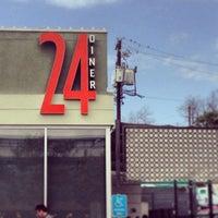 Photo prise au 24 Diner par Lana E. le2/21/2013
