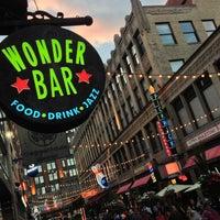 รูปภาพถ่ายที่ Wonder Bar โดย Mike W. เมื่อ 7/14/2013