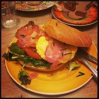 Foto diambil di Bagels & Beans oleh Matteo C. pada 12/30/2012