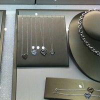 Foto tomada en Tiffany & Co. por Karla B. el 4/14/2013