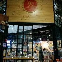 Foto tomada en Librería 9 3/4 Bookstore + Café por Vanessa R. el 10/22/2015