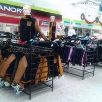 Foto diambil di Tienda UNAM oleh Eddie R. pada 12/31/2012