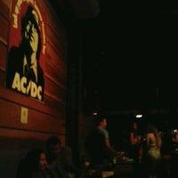 Foto tirada no(a) Ozzie Pub por Jéssica M. em 2/23/2013