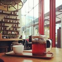 Снимок сделан в Samovar Tea Lounge пользователем Anne W. 10/11/2012