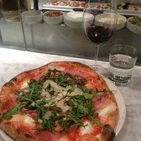 Foto tomada en Pizzeria Locale por Eva W. el 1/28/2013