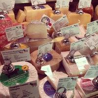 Das Foto wurde bei C'est Cheese von Theresa R. am 8/24/2013 aufgenommen